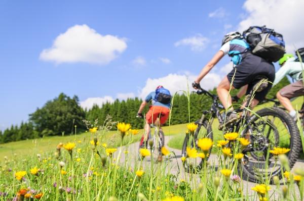 Raus in die Natur mit dem MTB fahrradtour-kleidung