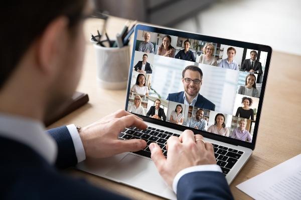 business-outfit-videokonferenz-kleidung