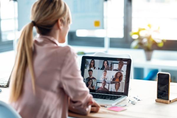 videokonferenz-kleidung-fenster