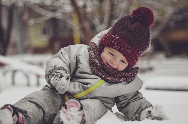 Mit der Babykleidung im Winter können die Kleinen draußen im Schnee spielen