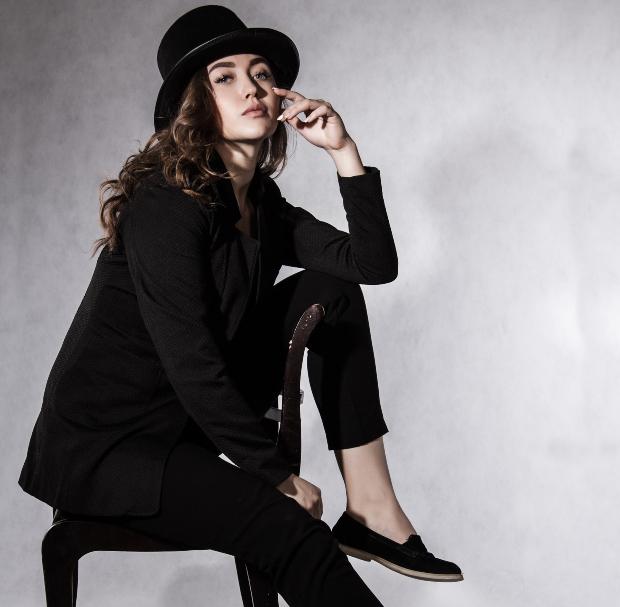 Junge Frau in Anzug und mit Hut - typisch androgyne Mode
