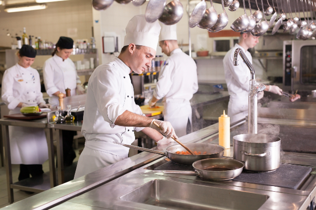 Großküche mit diversen Köchen - Koch und Kellner Kleidung sollte einem Konzept folgen