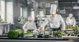 Koch und Kellner Kleidung in einer Großküche