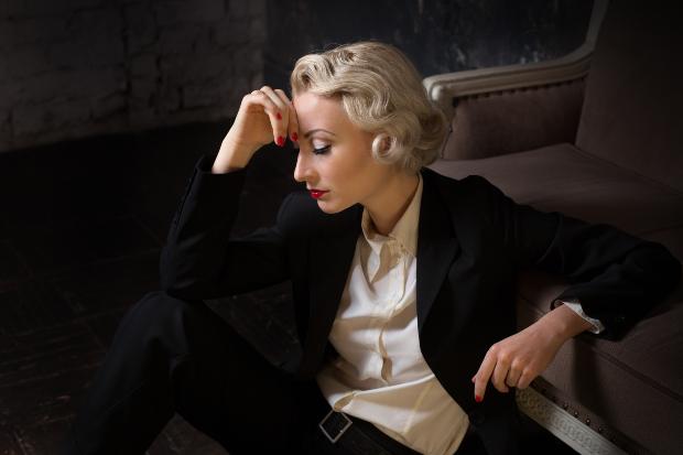 Junge Frau im Stil von Marlene Dietrich - androgyne Mode