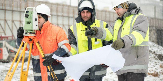 Gruppe von Arbeitern in sicherer Arbeitskleidung im WInter