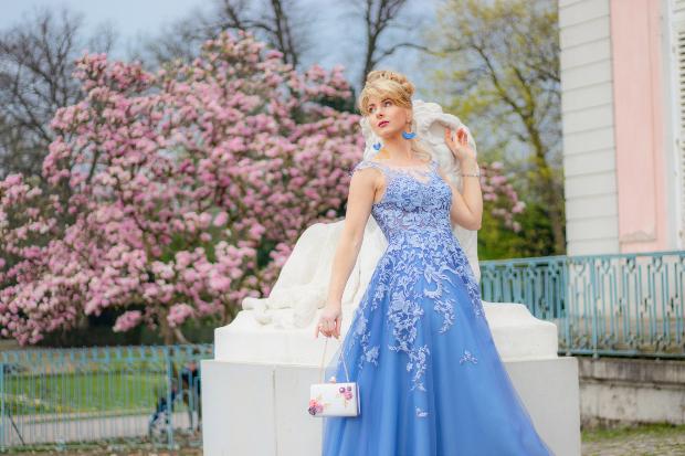 Frau in schönem, blauem, Kleid im Empire Stil