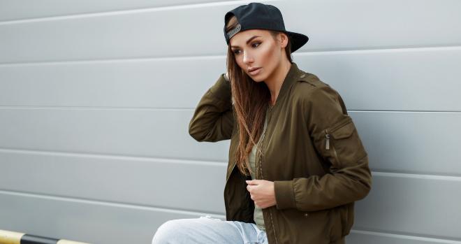 Junge Frau mit Baseball Cap