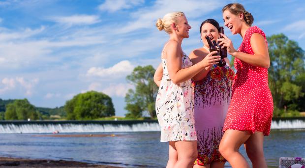 Junge Frauen mit Kleidern, die den Bauch kaschieren