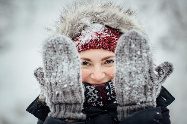 Frau im Schnee mit Fäustlingen
