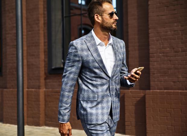 Mann in Anzug mit Karomuster