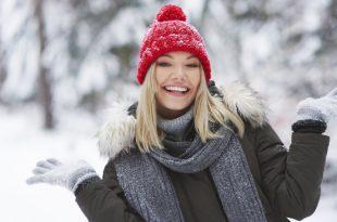 Junge Frau mit warmen Handschuhe für den Winter
