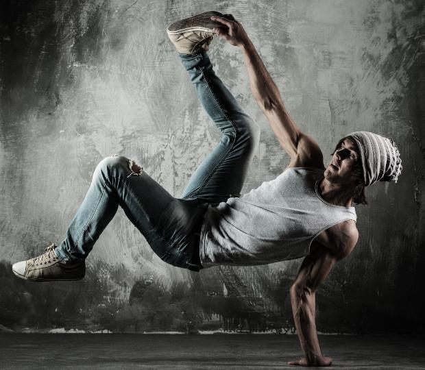 Junger Mann beim Breakdance - typische Breakdance Kleidung