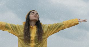 Frau mit Regenjacke - Ideale Schlechtwetterkleidung