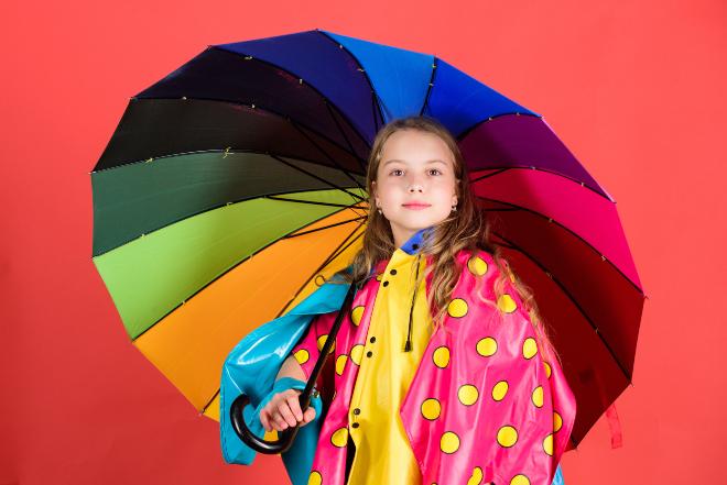 Mädchen mit buntem Regenschirm und Cape - Ideale Schlechtwetterkleidung