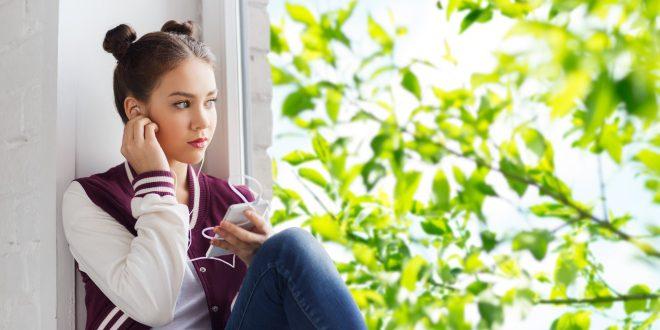 Mädchen am Fenster