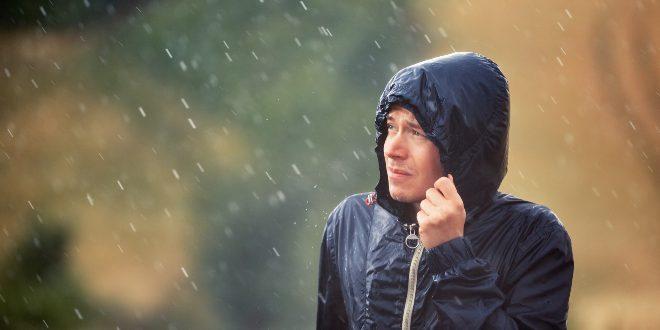 Mann im Regen - Wasserdichte Kleidung