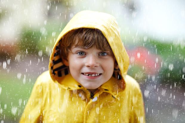 Kind mit Regenjacke - Wasserdichte Kleidung