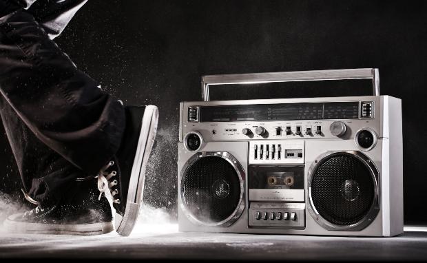 Mann mit Sneakern neben einer Boombox - Breakdance Feeling