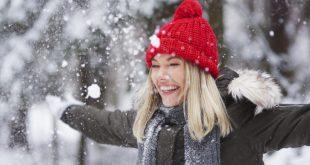 Frau im Schnee - Wichtige Accessoires für den Winter