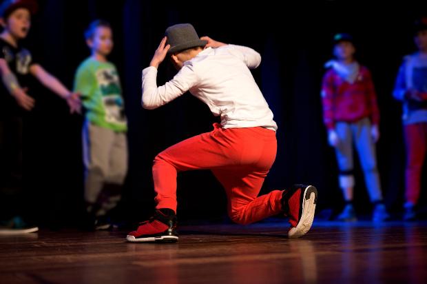 Junger Mann bei einem Breakdance Wettkampf