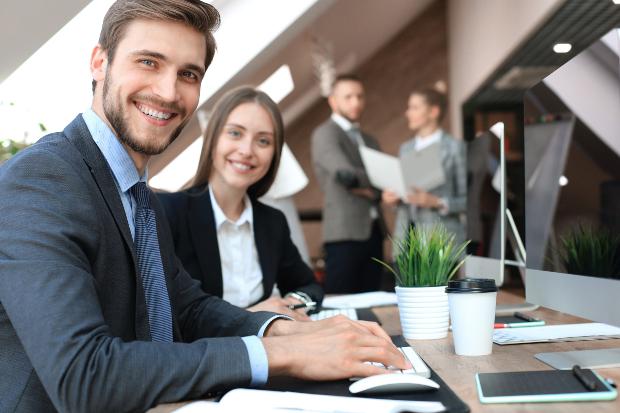 Junge Menschen im Büro - Business Attire