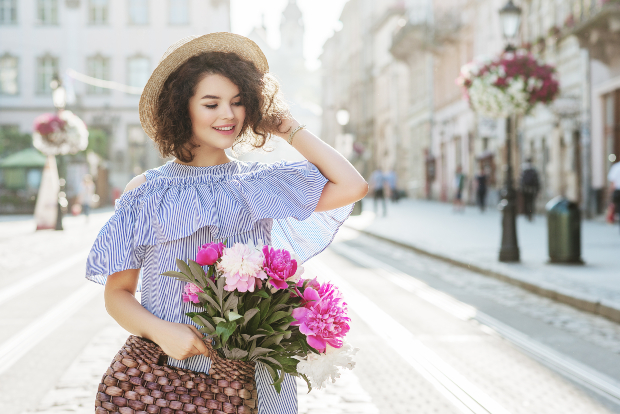 Junge Frau mit Rüschenkleid - Frühlingsoutfits 2020