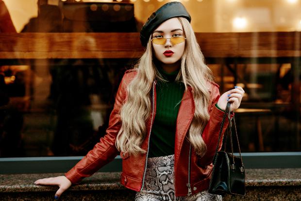 Junge Frau mit rötlicher Lederjacke - Frühlingsoutfits 2020