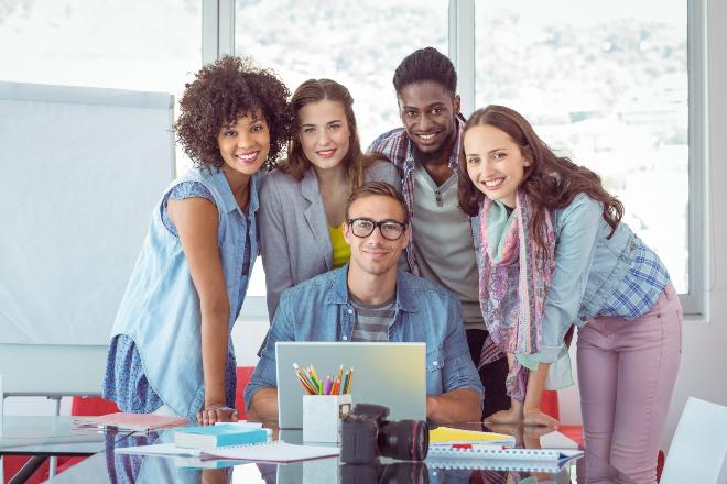 Gruppe junger Leute in einem Büro - Studenten-Looks