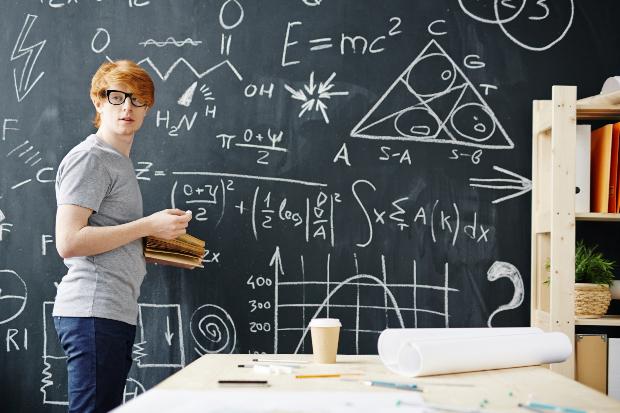 Physikstudent steht an der Tafel - Studenten-Looks