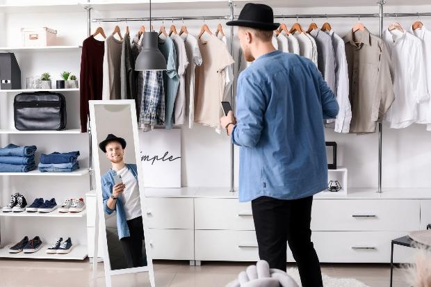 Mann probiert Kleidung an