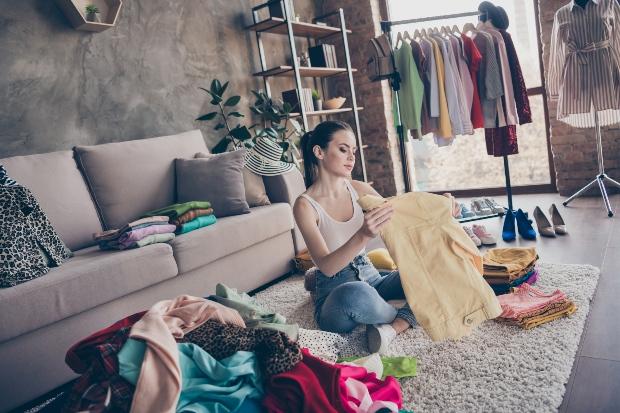 Frau räumt Kleider aus