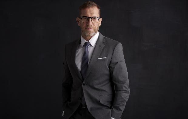 Mann in Anthrazitfarbenem Anzug - Welche Anzugfarbe passt?