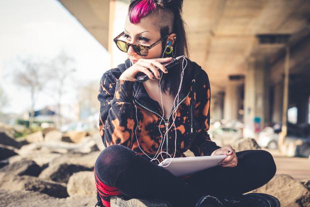 Junge Frau mit Handy - flippiger Studenten-Look