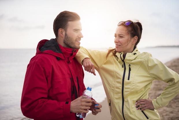 Junges Paar draußen beim Sport