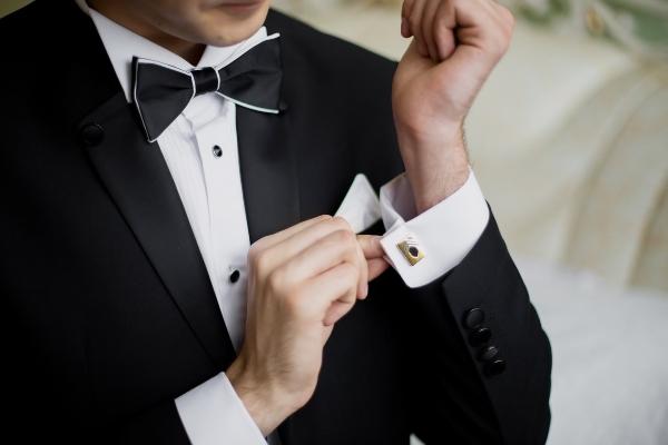 Mann traegt ein Anzug mit Manschettenknoepfen formelle-kleidung