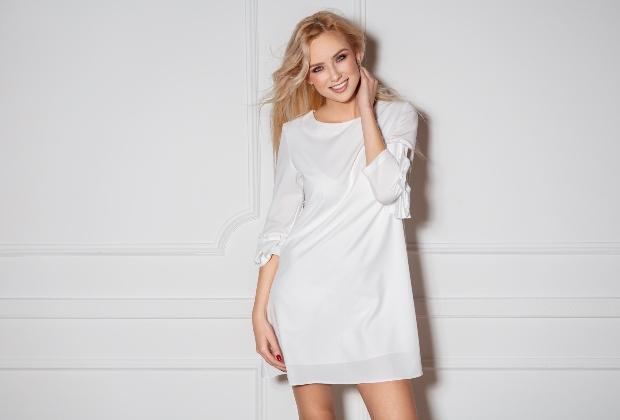 Frau im weißen T-Shirt-Kleid