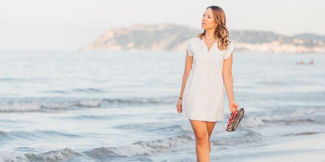 Frau am Strand im Shirtkleid
