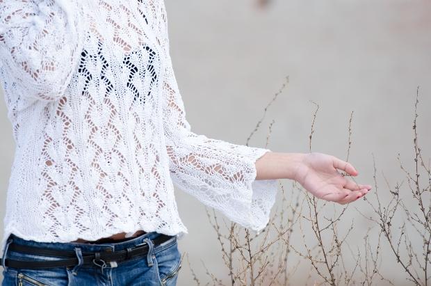 Transparente Bluse mit einem schwarzen BH darunter