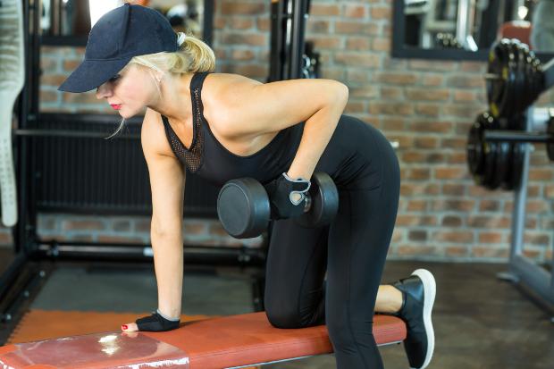 Frau im Fitness-Studio