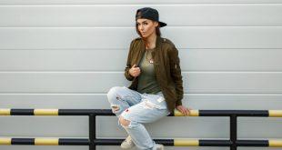 Frau mit Baseball-Cap und Jeans Outfit - Coole Sommerkappen