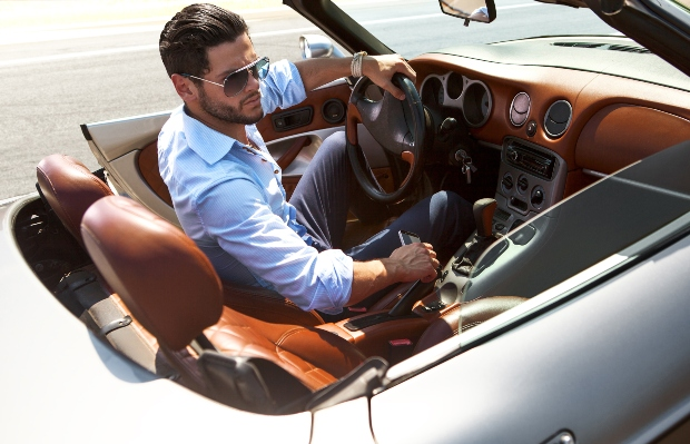 Mann mit Hemd im Sportwagen - Was zeichnet gute Freizeithemden aus?