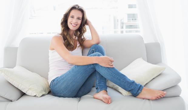 Frau in Tanktop und Jeans - Dezente Mode