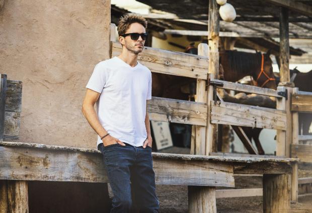 Mann in Blue Jeans und weißem T-Shirt - Sommertrends der Mode 2020