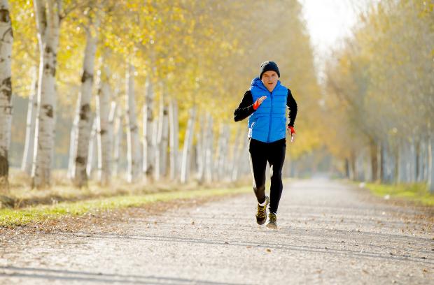 Mann joggt im Park
