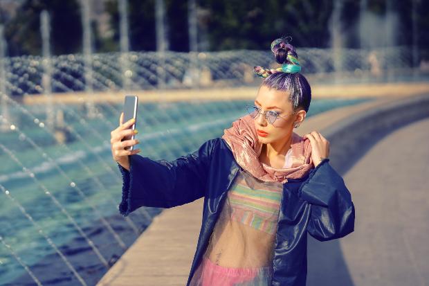 Frau in extravagantem Outfit - Dezente Mode ist das Gegenstück