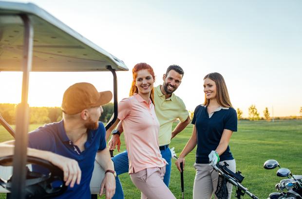 Grupper junger Leute beim Golfen mit Polohemden