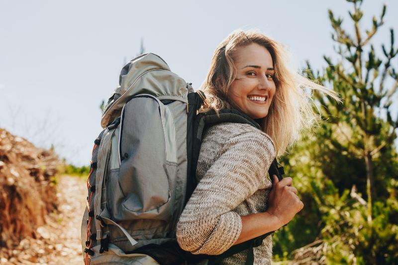 Frau wandert in der Natur Backpacks