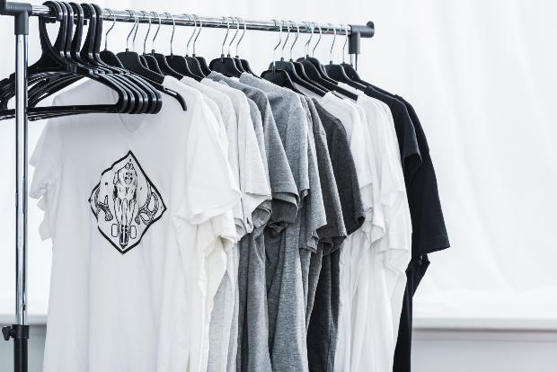 Basic-Shirts mit einem Aufdruck