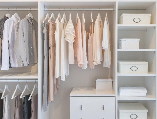 Kleiderschrank sortieren nach Art und Länge der Kleidung