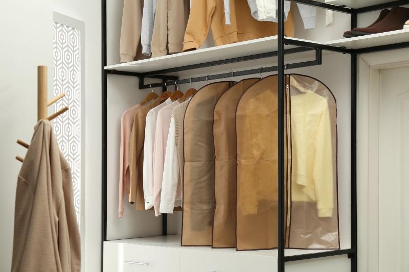 Kleidung aufbewahren in einer klassischen Schutzhuelle